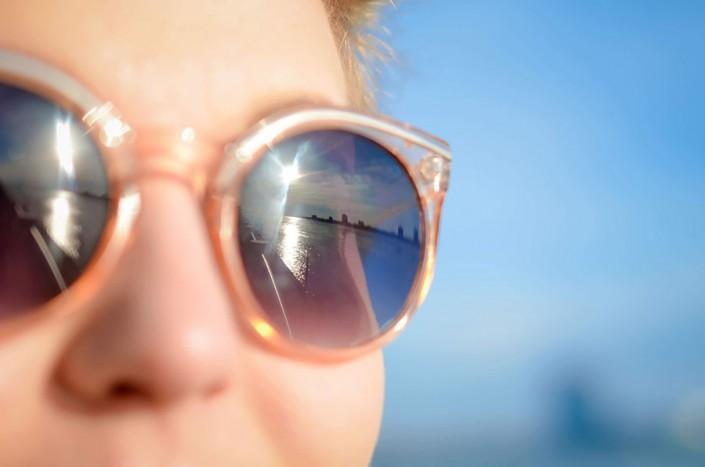 chica llevando gafas de sol